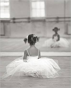 Giocare danzando e Danza propedeutica sono i corsi per i più piccoli. Li aiutiamo a scoprire giorno dopo giorno il proprio corpo, il corretto rapporto con gli altri, lo spazio circostante e la giusta postura. Il tutto viene insegnato attraverso il gioco.